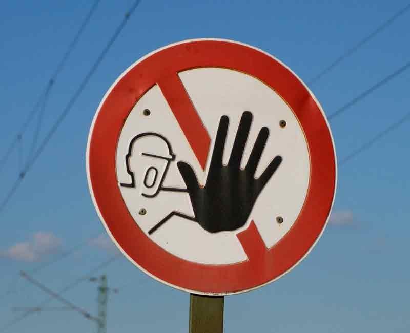 Placa de segurança auxiliando como evitar acidentes de trabalho