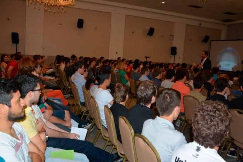 Palestrante Daniel Bizon interagindo com público em Chapecó