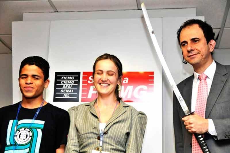 Daniel Bizon com a espada na mão, junto com dois convidados