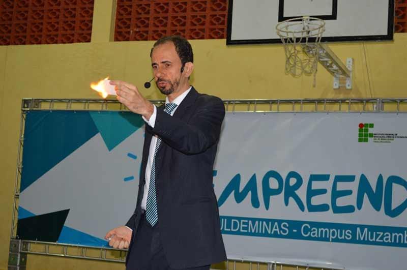 Palestrante Daniel Bizon realizou um efeito mágico no palco