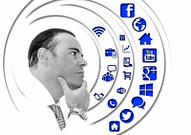 Homem olhando para os símbolos das redes sociais