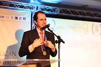 Palestrante Daniel Bizon agradecendo o público na premiação
