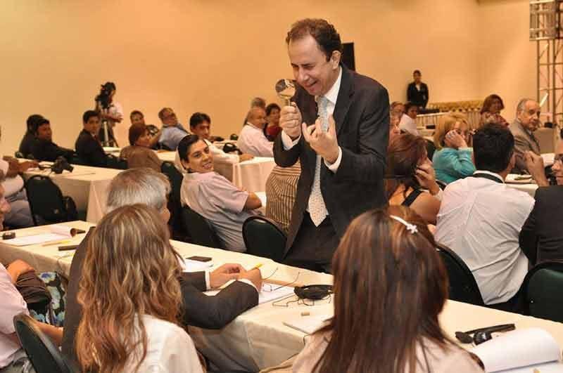 Palestrante Daniel Bizon em interação na palestra da Bolívia
