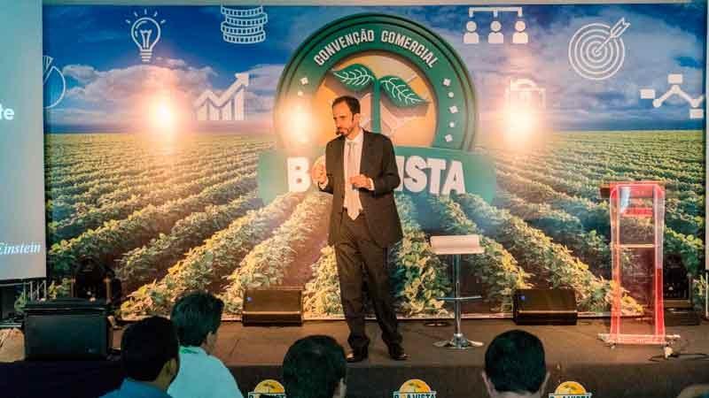 Na palestra motivacional de vendas Daniel Bizon explorou um conteúdo inovador