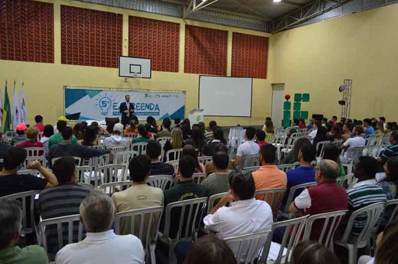Público assistindo o palestrante Daniel Bizon no palco do IF