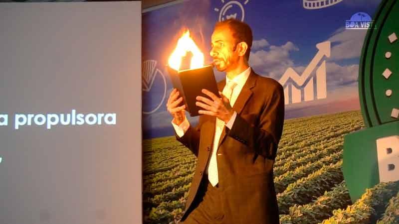 O palestrante Daniel Bizon usou mágica na palestra de vendas