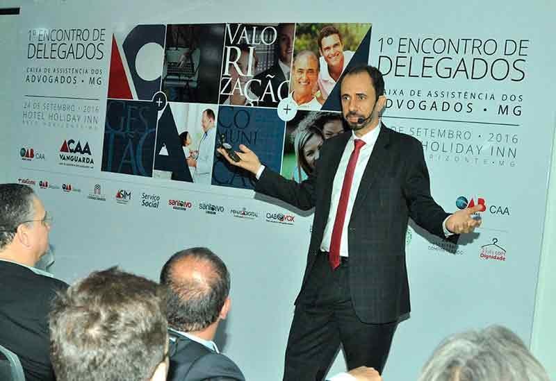 Palestrante Daniel Bizon mostrando uma bússola na palestra